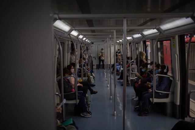 Varias personas viajan en el metro de Barcelona, en la primera mañana después del toque de queda en la ciudad, en Barcelona, Catalunya (España), a 26 de octubre de 2020.