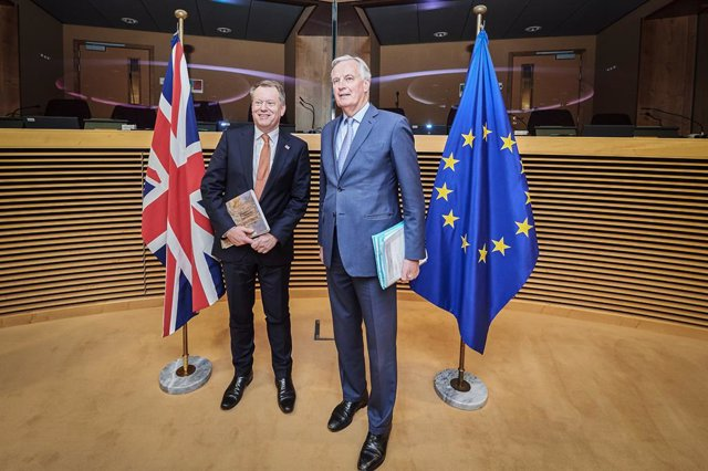 HANDOUT - 02 March 2020, Belgium, Brussels: European Union chief Brexit negotiator Michel Barnier (R) and the UK chief Brexit negotiator David Frost pose for a photo before the start of the first post-Brexit trade talks between the EU and the United Kingd