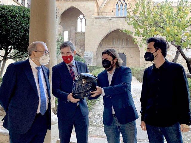 Manuel Rando e Ignacio Urquizu han recibido como obsequio de la productorauno de los cascos de moto que ha utiliza el protagonista en la película 'Centauro'