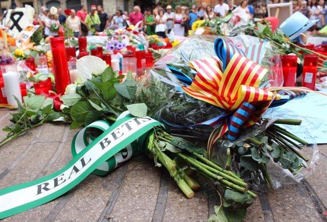 Flors en l'homenatge a las víctimes dels atemptats de Barcelona i Cambrils