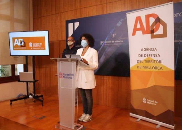 La consellera de Territorio del Consell de Mallorca, Maria Antònia Garcías, durante la presentación de la memoria de la ADT.
