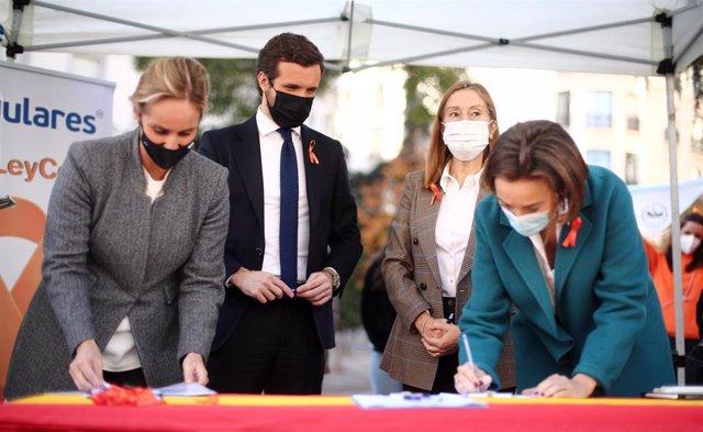El líder del PP, Pablo Casado, participa en la campaña de recogida de firmas del PP contra la 'Ley Celaá' junto a Cuca Gamarra, Ana Pastor y Ana Camins. En Madrid, a 19 de octubre de 2020.