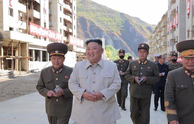HANDOUT - 14 October 2020, North Korea, Komdok: A photo provided by the North Korean state news agency (KCNA) on 14 October 2020, shows North Korean leader Kim Jong-un (C)visiting the typhoon-ravaged city of Komdok. Photo: -/KCNA/dpa - ATTENTION: editori