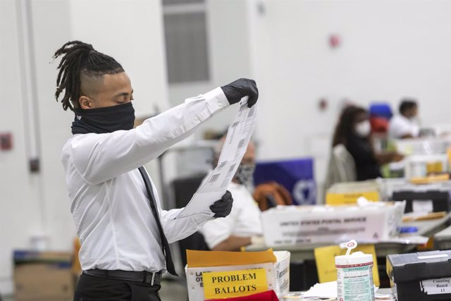 03 November 2020, US, Detroit: A member of the Detroit Department of Elections counts absentee ballots and early voting ballots in the 2020 presidential election. Photo: Jim West/ZUMA Wire/dpa