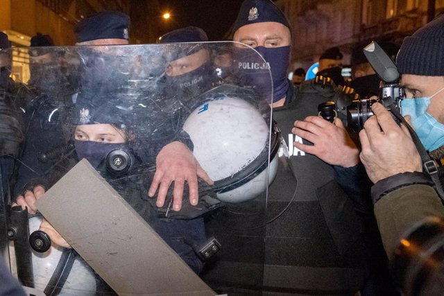 18 November 2020, Poland, Warsaw: Police block people as they take part in a protest of the National Women's Strike against the tightening of the abortion law. Photo: Grzegorz Banaszak/ZUMA Wire/dpa