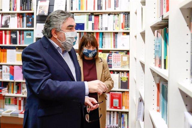 El ministro de Cultura y Deporte, José Manuel Rodríguez Uribes, durante un recorrido por varias librerías independientes