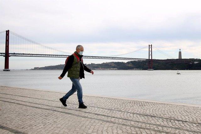 Un hombre con mascarilla pasea en Lisboa