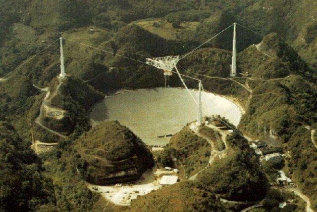 El radiotelescopio de Arecibo se ha utilizado para muchos proyectos de investigación astronómica, incluidas búsquedas y estudios de púlsares, y mapeo de gases atómicos y moleculares en la galaxia y el universo.