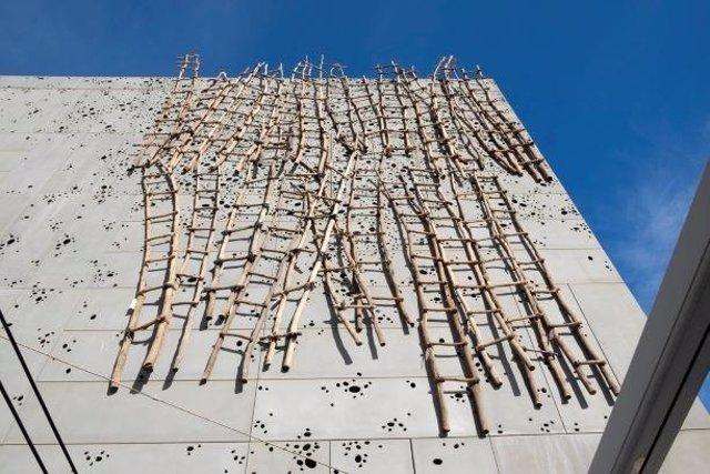 Instalan en San Sebastián un centenar de escaleras usadas por personas migrantes para saltar la valla de Melilla.