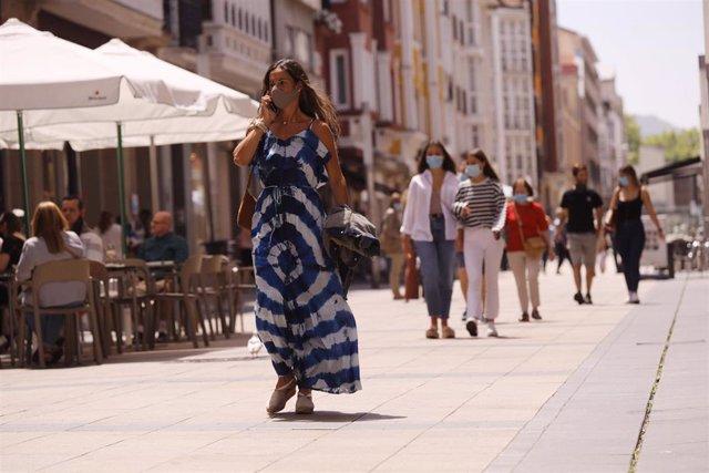 Ciudadanos pasean por una céntrica calle