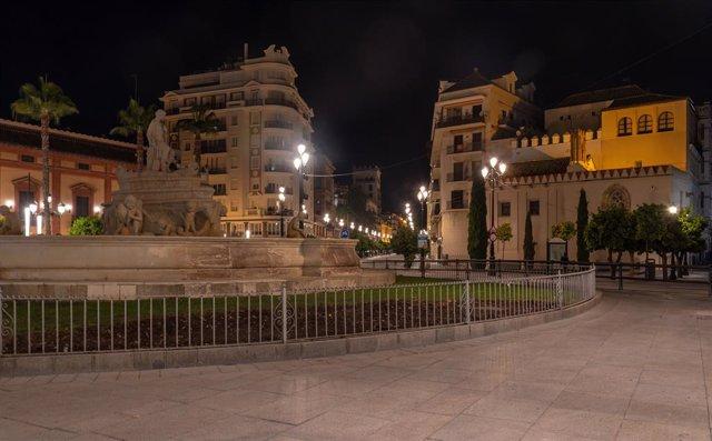 La Puerta de Jerez, con la fuente de Hispalis en el centro y la Avenida de la Constitución al fondo, desierta a partir de las 11 de las noches después de que el Gobierno central haya aprobado el decreto sobre el estado de alarma por el coronavirus. Sevill