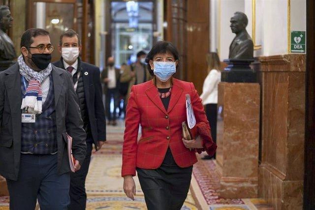 La ministra de Educación y Formación Profesional, Isabel Celaá, camina por un pasillo del Congreso de los Diputados. El Pleno debate hoy el proyecto de Ley Orgánica por el que se modifica la Ley de Educación, la LOMLOE, también conocida coloquialmente com