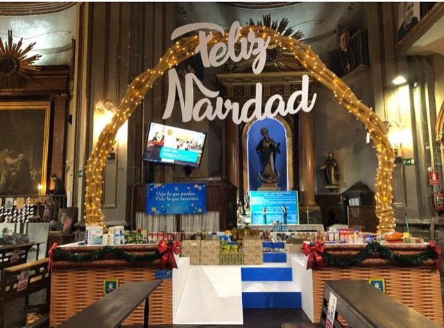 La iglesia de San Antón de Madrid instala una cesta gigante de Navidad para recibir donaciones de comida de empresas y particulares