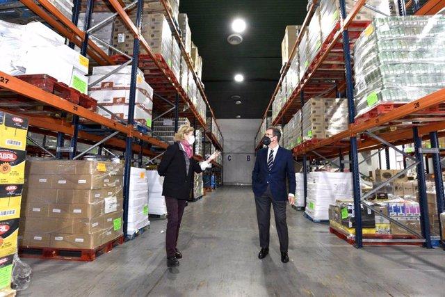 La presidenta de la Federació Catalana del Banc dels Aliments, Roser Brutau, i el director general de la Fundació la Caixa, Antonio Vila, visiten el magatzem del banc d'aliments de Barcelona.
