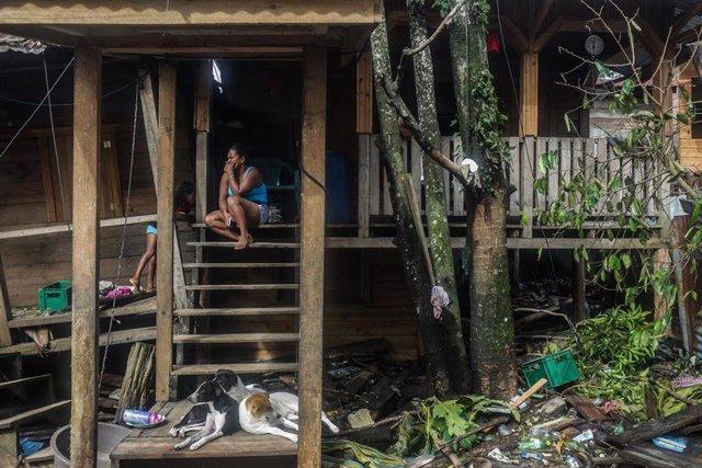 Una mujer sentada en las escaleras de su casa, en Puerto Cabezas (Nicaragua), tras el paso del huracán 'Eta'.