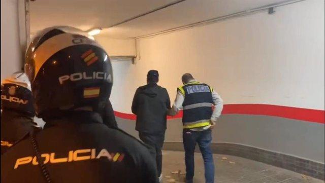 El arrestado, conducido por agentes de la Policía Nacional.
