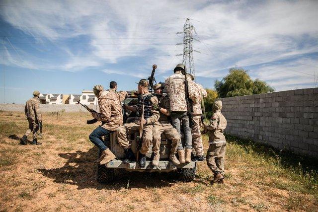 Combatientes de las fuerzas del gobierno de unidad de Libia, con sede en Trípoli
