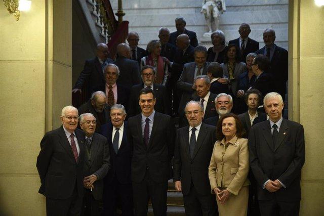 Foto de familia de el presidente del Gobierno, Pedro Sánchez, con el presidente de la Real Academia Española y los académicos de la Lengua, durante la visita a la sede de la RAE el año pasado