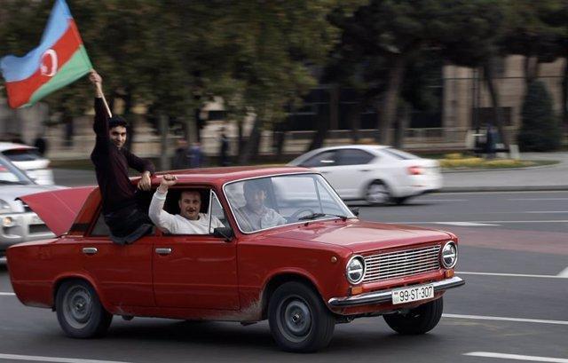 Celebraciones en las calles de Bakú, capital de Azerbaiyán, tras conocerse el acuerdo que ponía fin al último episiodio de hostilidades con Armenia con motivo de la región de Nagorno Karabaj.