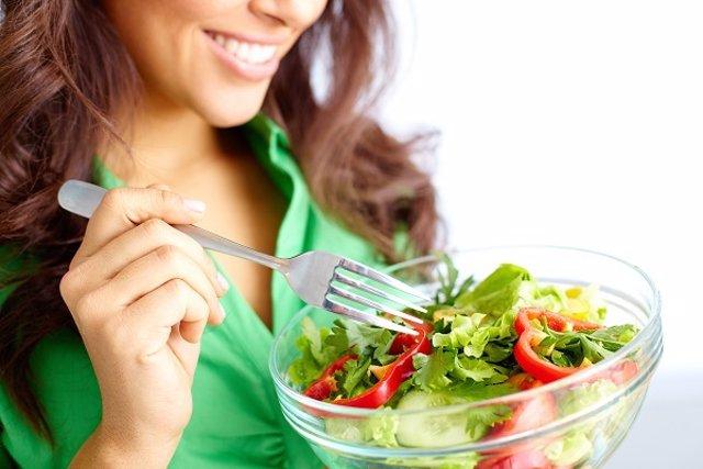 Mujer tomando una ensalada