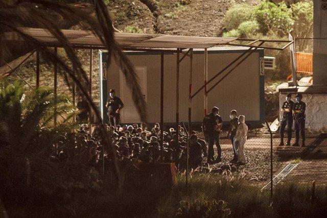 Varios inmigrantes llegan a Barranco Seco, donde se ha habilitado una instalación militar para la acogida.