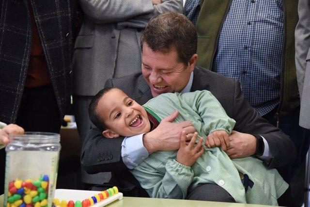 El presidente de C-LM, Emiliano García-Page, con un niño, con motivo del día de la infancia.
