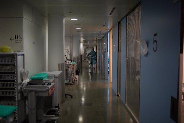 Un sanitario se mueve por uno de los pasillos de la Unidad de Cuidados Intensivos –UCI- del Hospital de la Santa Creu i Sant Pau, integrado en la Red Hospitalaria de Utilización Pública de Catalunya, en Barcelona