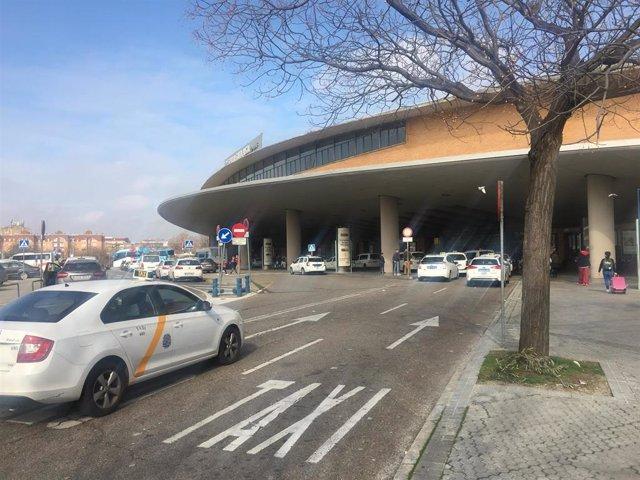 Imagen de archivo de una parada de taxis en la Estación de Santa Justa en Sevilla.