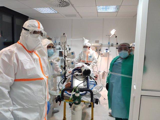 Profesionales sanitarios implantan un sistema de oxigenación extracorpórea a una paciente del Hospital de Los Pedroches