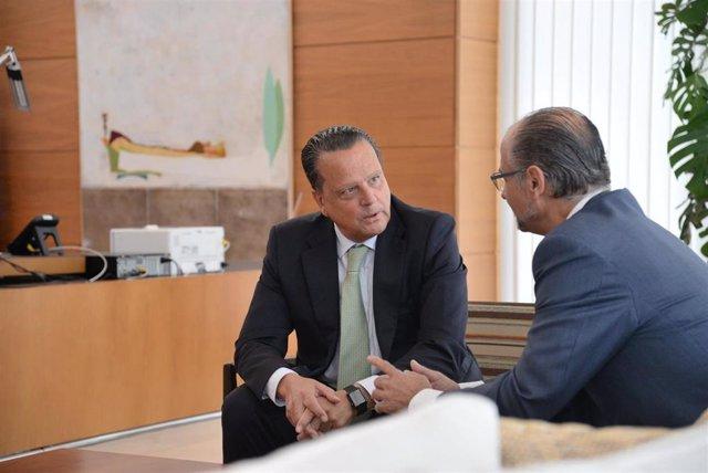 Luis Fuentes (derecha) recibe en su despacho a Mario Amilivia (izquierda).