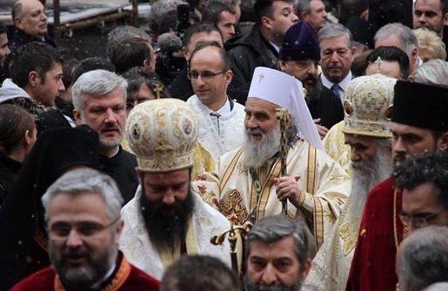 El jefe de la Iglesia Ortodoxa de Serbia, el patriarca Irineo, en el centro de la imagen con birrete blanco