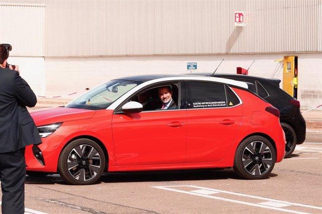 El Rey Felipe VI (2i) prueba el nuevo Opel Corsa 100% eléctrico, en la planta del Grupo PSA, en Figueruelas (Zaragoza), a 7 de octubre de 2019.