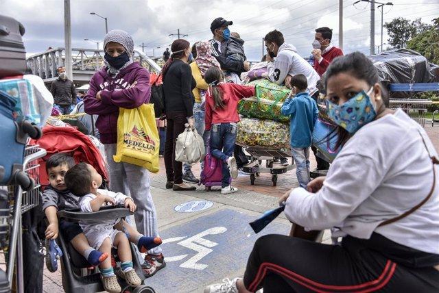 Migrantes venezolanos en Colombia inician el viaje de regreso a su país
