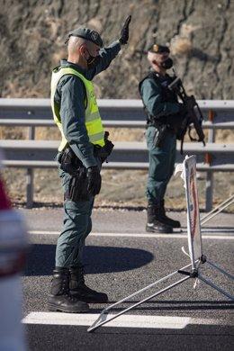 Imagen de archivo de dos agentes de la Guardia Civil en un control