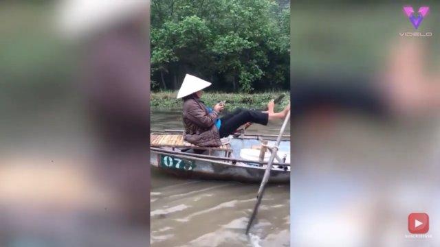 Esta mujer habla por teléfono mientras rema su embarcación usando sus pies
