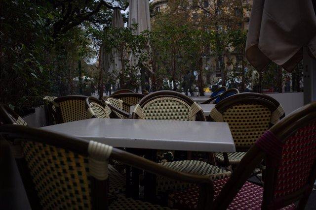 Cadires i taules de la terrassa d'un bar tancat. Barcelona, Catalunya (Espanya),  20 d'octubre del 2020.