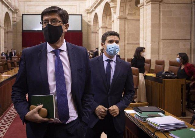 El vicepresidente de la Junta de Andalucía, Juan Marín (i), junto al portavoz del grupo parlamentario Ciudadanos, Sergio Romero (d),