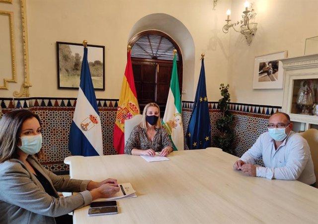 La alcaldesa de Alcalá de Guadaíra (Sevilla), Ana Isabel Jiménez, reunida con el sector comercio ambulante.