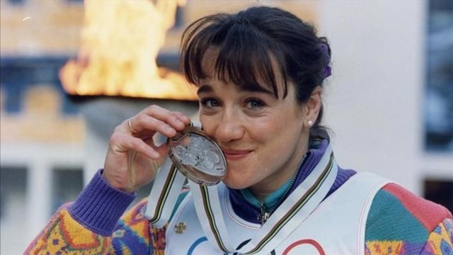 Blanca Fernández Ochoa besa la medalla de bronce olímpica en Albertville'92