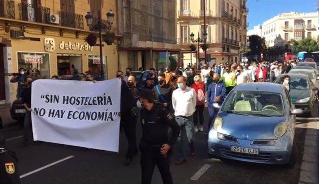 La concentración de este viernes de los hosteleros de Melilla ha desembocado en una marcha por la Avenida Juan Carlos I