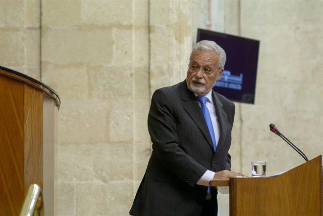 El Defensor del Pueblo Andaluz, Jesús Maeztu, en el Pleno del Parlamento, en una foto de archivo.