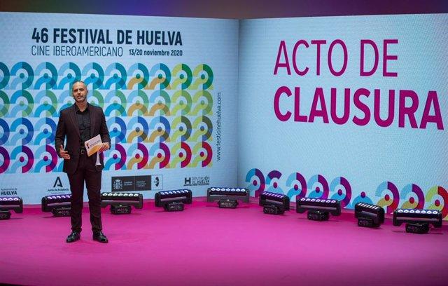 El periodista Adolfo Zarandieta, durante el acto de clausura del Festival de Cine de Huelva.
