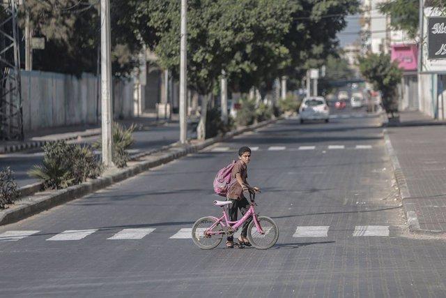 Un niño palestino durante el confinamiento en la Franja de Gaza a causa de la pandemia de coronavirus