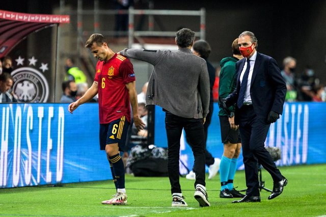Sergio Canales of Spain and Luis Enrique Martinez, head coach of Spain, during the UEFA Nations league match between Spain and Germany at the la Cartuja Stadium on November 17, 2020 in Sevilla Spain