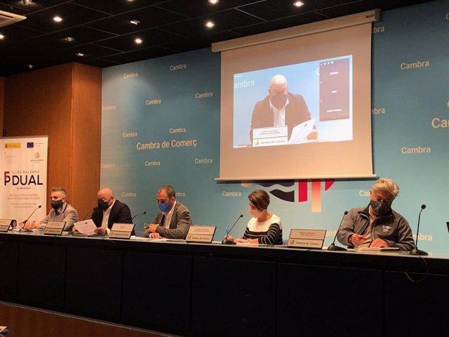 Representantes de la Cámara de Comercio de Baleares y el Govern durante la mesa redonda sobre FP dual.