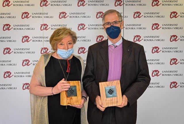 La oncóloga Anna Lluch y el cirujano Joan Viñas tras recibir la Medalla de Honor 2020 de la Xarxa Vives d'Universitats, en la Universitat Rovira i Virgili de Tarragona, este viernes 20 de noviembre del 2020.