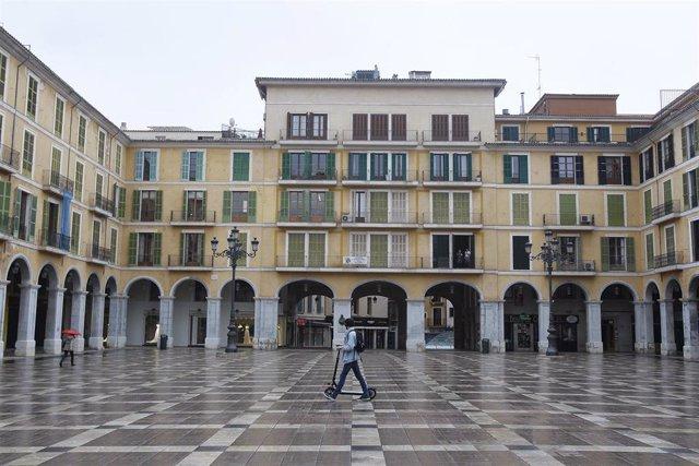 Un transeúnte cruza la Plaza Mayor vacía durante el estado de alarma.