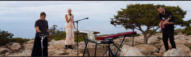 Marina Herlop duranate su actuación en Formentera.