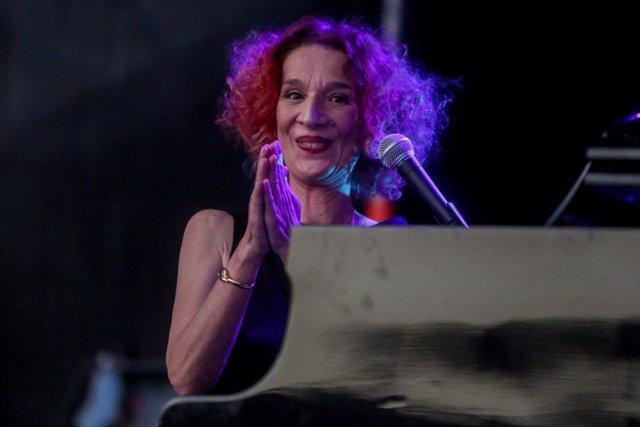 La cantante y compositora de fado portuguesa Dulce Pontes