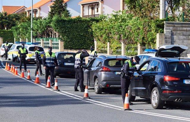 Control policial en rotoda Corban , en Santander.